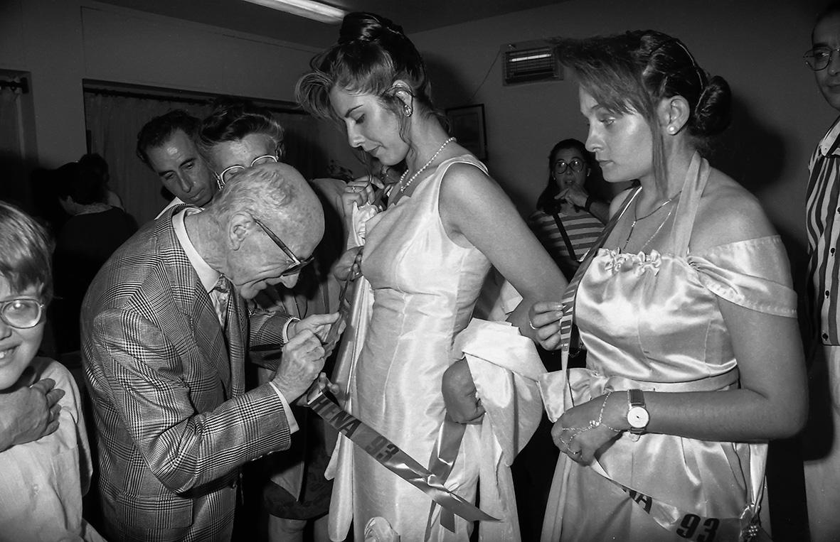 Lorca (Murcia), 03.06.1993.- El guitarrista Narciso Yepes firma la banda de la reina de las fiestas   de la pedanía lorquina de Marchena, donde nació en 1927. Andrés Ribón.
