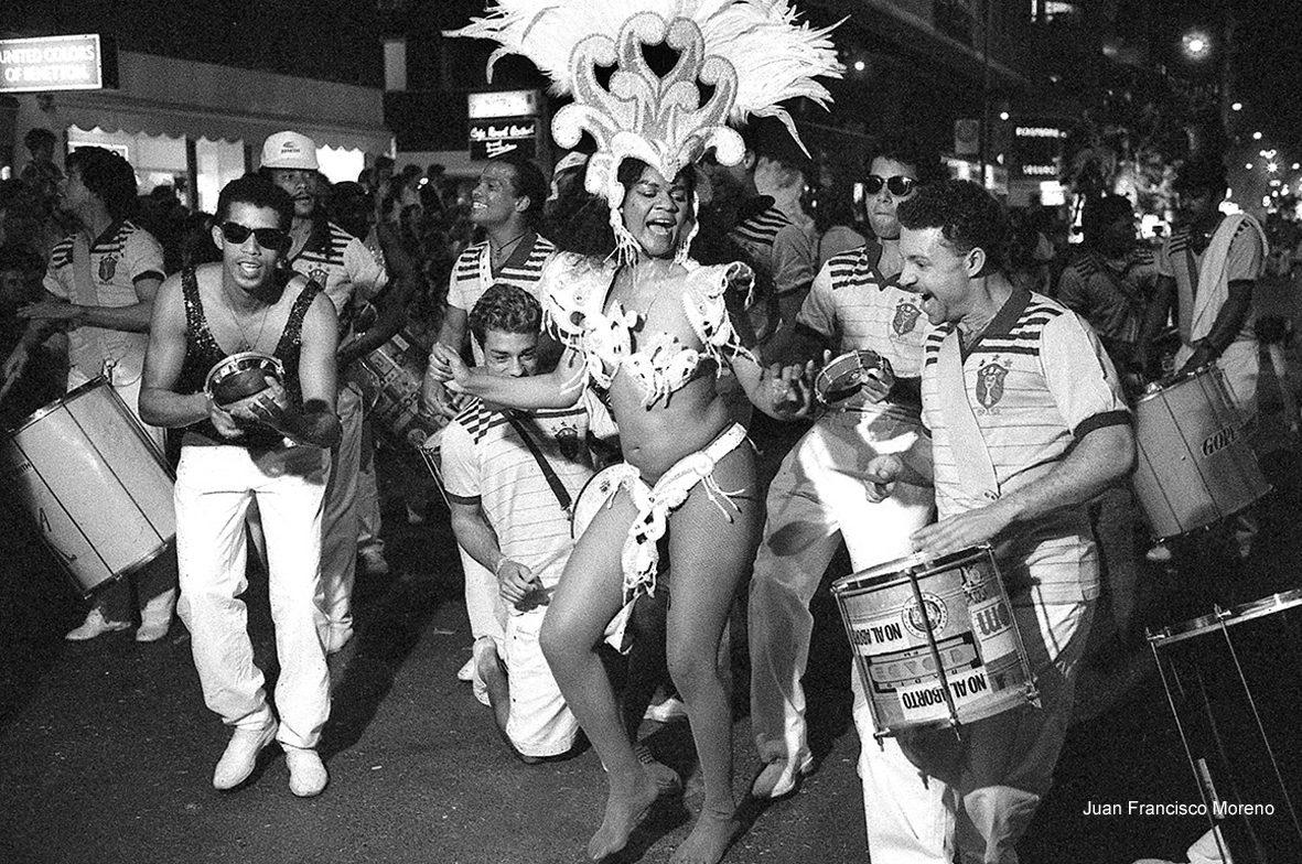 Murcia, 25.04.1992.- Un grupo de  bailarinas procedentes de los carnavales brasileños participa en el desfile del Entierro de la Sardina.